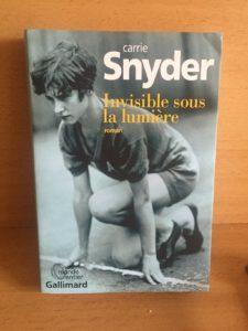 invisible sous la lumière, Carrie Snyder